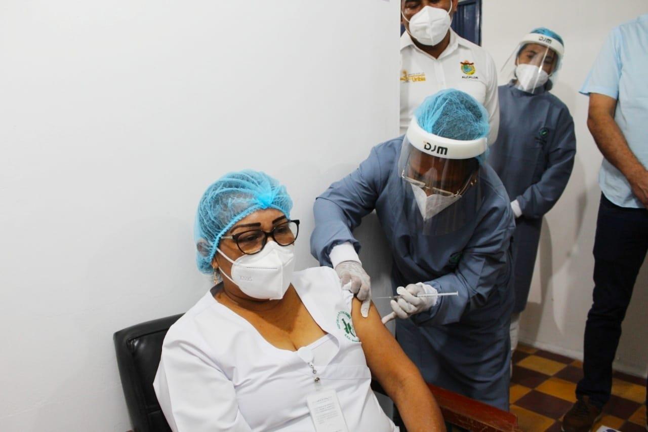 Primera funcionaria en recibir la vacuna contra el COVID-19